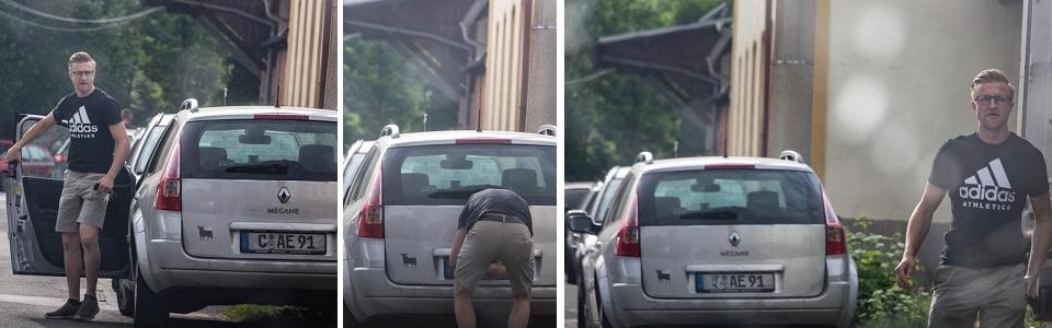 Anton Ehrhardt beim Abkleben seines Kennzeichens (Quelle: Pixelarchiv)