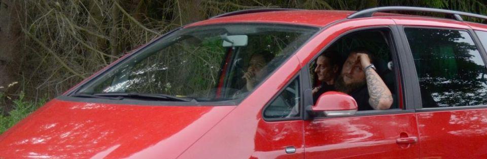 Sven Mathes und Peggy Thalmann bei der Anreise in der langen Autoschlange, die durch die Polizeikontrolle erzeugt wurde (Quelle: Pixelarchiv)