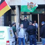mittig mit Fahne: Kohlmann am 18.02.2019 an der Brauhausstraße 6 in Chemnitz  (Quelle: Tim Mönch)