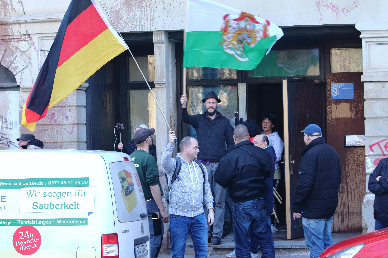 mittig hinten mit Fahne: Kohlmann am 18.02.2019 an der Brauhausstraße 6 in Chemnitz (Quelle: Tim Mönch)