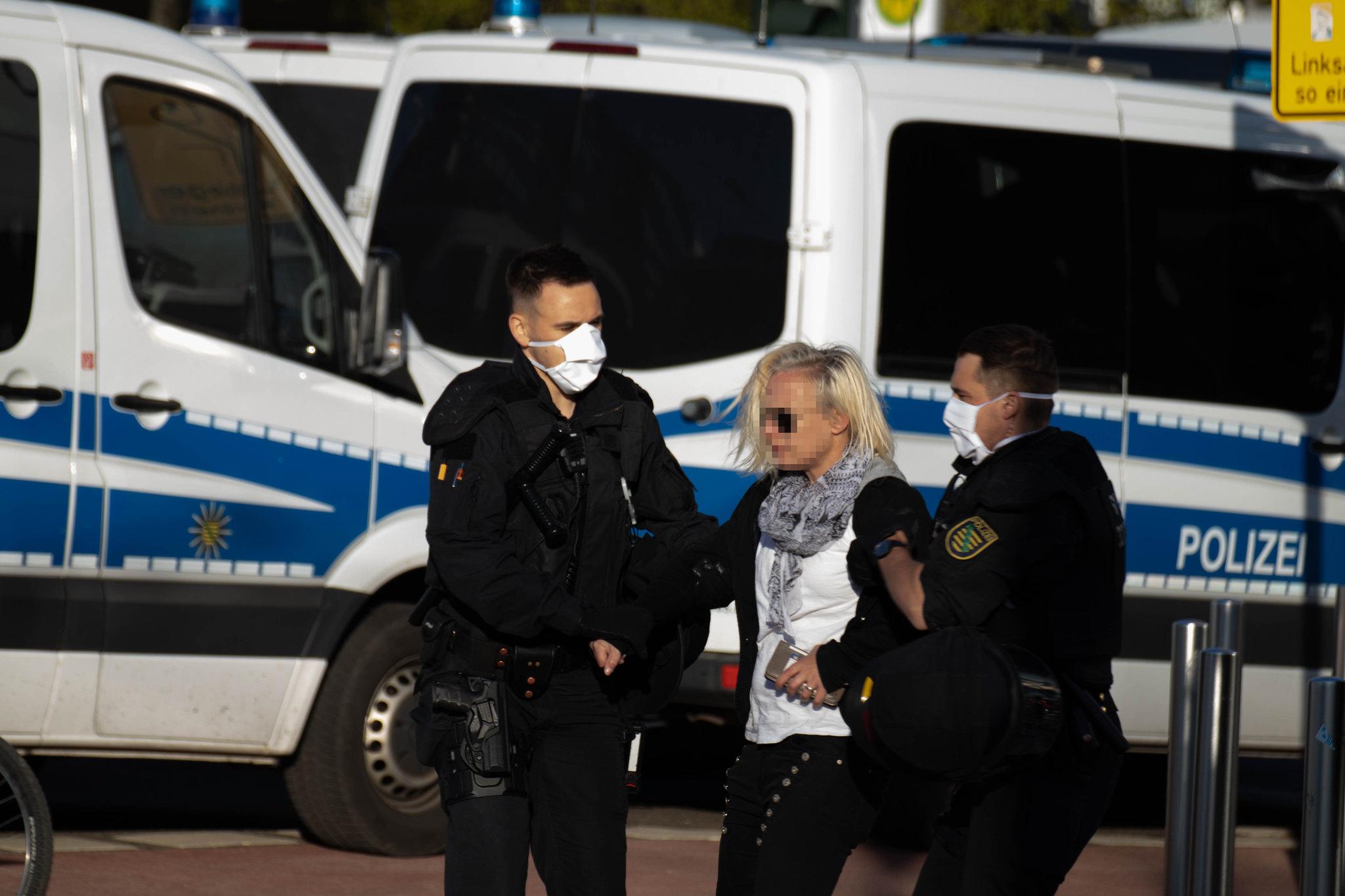 Madeleine Feige wird abgeführt (Quelle: flickr Simon Berger)