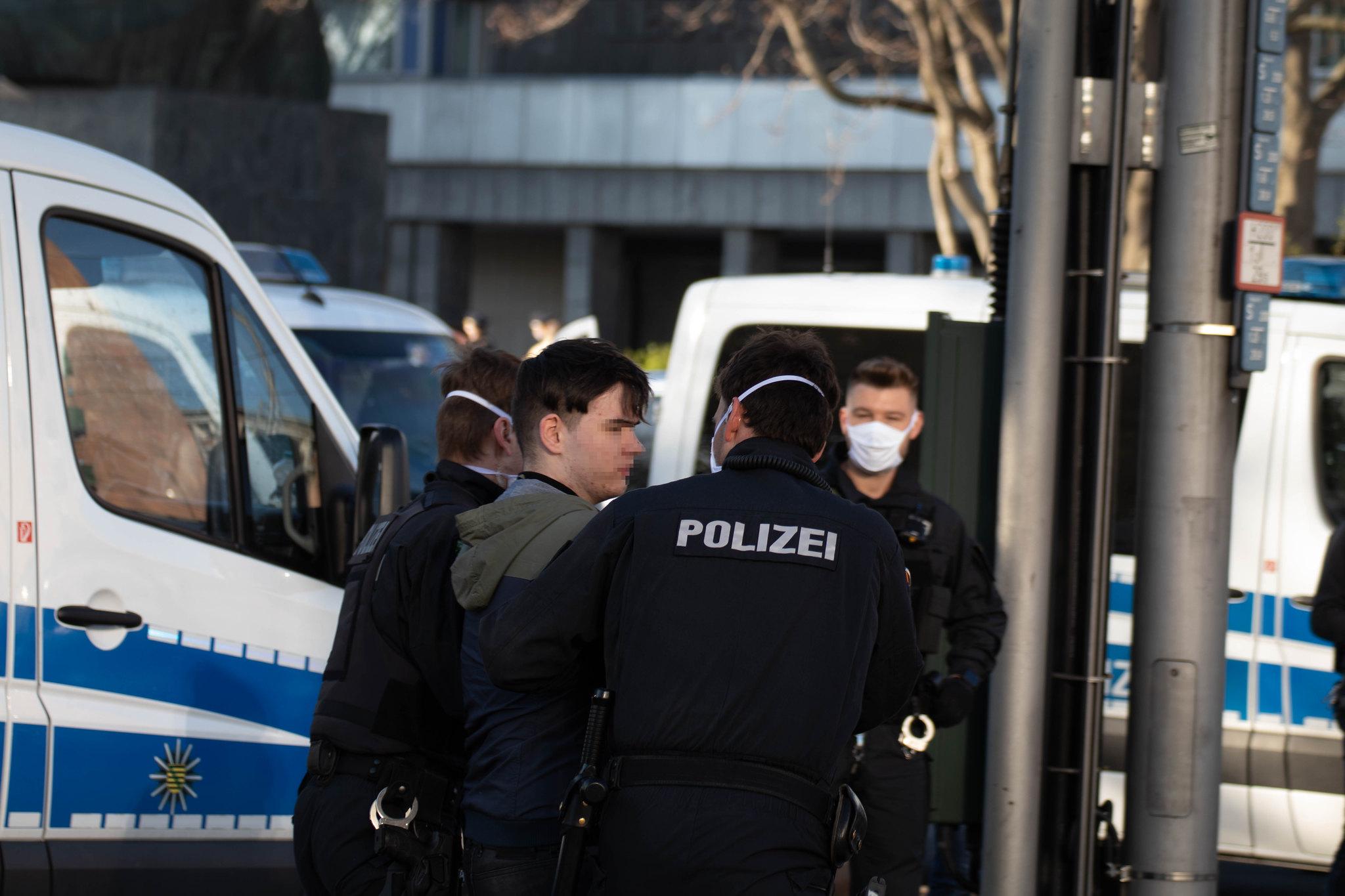 Leon Kozma (JA Chemnitz) wird von der Polizei abgeführt (Quelle: flickr Simon Berger)